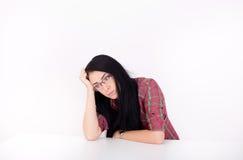 Mujer cansada en la tabla Imagen de archivo libre de regalías
