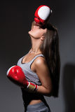 Mujer cansada hermosa joven durante aptitud y el boxeo Foto de archivo