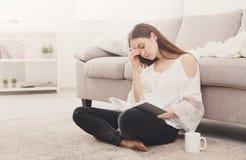 Mujer cansada joven con un libro Imágenes de archivo libres de regalías