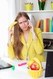 Mujer cansada joven hermosa que habla en el teléfono Imagen de archivo libre de regalías