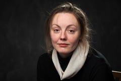 Mujer cansada pálida que mira derecho imagen de archivo