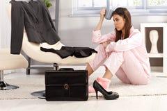 Mujer cansada que consigue lista para el asunto Foto de archivo libre de regalías