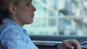 Mujer cansada que se sienta en el automóvil, agotado después del día laborable duro, trabajado demasiado almacen de metraje de vídeo