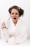 Mujer cansada que sostiene la taza de café en su mano Fotos de archivo