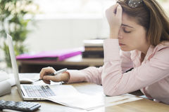 Mujer cansada y soñolienta que trabaja en el ordenador Foto de archivo