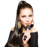 Mujer cantante con el micrófono Foto de archivo libre de regalías