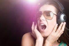 Mujer cantante con los auriculares imagen de archivo libre de regalías