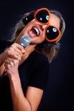 Mujer cantante del Karaoke Fotografía de archivo