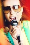 Mujer cantante hermosa imagen de archivo