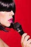 Mujer cantante hermosa con el micrófono karaoke Imágenes de archivo libres de regalías