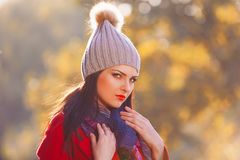 Mujer, capa roja, sombrero gris, ascendente serio, cercano Foto de archivo