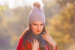 Mujer, capa roja, sombrero gris, ascendente serio, cercano Fotografía de archivo
