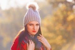 Mujer, capa roja, sombrero gris, ascendente serio, cercano Fotos de archivo libres de regalías