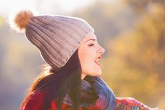 Mujer, capa roja, sombrero gris, diversión, cierre para arriba Imagen de archivo