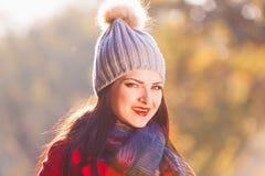 Mujer, capa roja, sombrero gris, diversión, cierre para arriba Foto de archivo libre de regalías