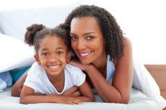 Mujer cariñosa y su hija que se relajan Fotos de archivo libres de regalías