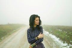Mujer, carretera nacional en niebla Imágenes de archivo libres de regalías