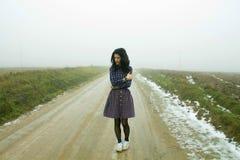 Mujer, carretera nacional en niebla Imagenes de archivo