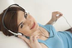 Mujer casera de la tecnología con los auriculares Imagen de archivo libre de regalías