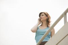 Mujer casera de la tecnología en balcón Fotos de archivo