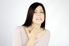 Mujer casi no capaz de breeze debido a asma Imagenes de archivo