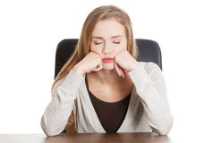 Mujer casual, aburrida o durmiente hermosa del estudiante por un escritorio. Fotos de archivo libres de regalías