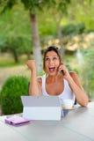 Mujer casual acertada con el ordenador portátil afuera Fotos de archivo