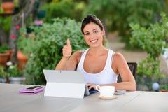 Mujer casual acertada con el ordenador portátil afuera Imágenes de archivo libres de regalías
