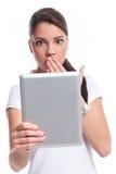 Mujer casual asustada con la tableta Imagen de archivo libre de regalías