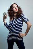 Mujer casual de la moda que presenta con los vidrios Fotografía de archivo