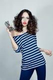 Mujer casual de la moda que presenta con los vidrios Fotos de archivo