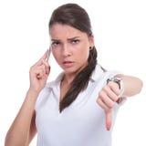 Mujer casual en el pulgar del teléfono abajo Imagenes de archivo