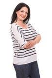 Mujer casual feliz con los brazos doblados Imagenes de archivo