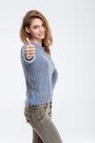 Mujer casual feliz que muestra el pulgar para arriba Imagen de archivo libre de regalías