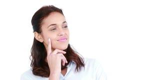 Mujer casual feliz que piensa con la mano en la barbilla almacen de metraje de vídeo
