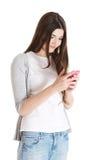 Mujer casual hermosa joven con el teléfono móvil. Imagenes de archivo