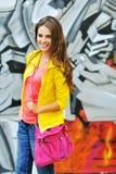 Mujer casual joven en retrato al aire libre de la ropa colorida Imagenes de archivo