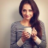 Mujer casual joven linda que sostiene la taza disponible de té Tono del vintage Fotografía de archivo libre de regalías