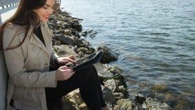 Mujer casual joven que sostiene una tableta metrajes