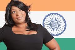 Mujer casual pensativa de la raza mixta sobre bandera india Fotografía de archivo libre de regalías