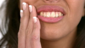 Mujer casual que consigue un dolor del diente almacen de metraje de vídeo