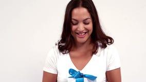 Mujer casual que ofrece un regalo almacen de metraje de vídeo