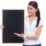 Mujer casual que presenta la pizarra Imágenes de archivo libres de regalías