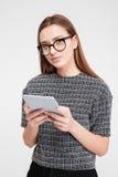 Mujer casual que usa la tableta Fotografía de archivo libre de regalías
