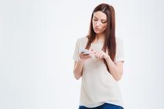 Mujer casual que usa smartphone Imagen de archivo