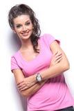 Mujer casual sonriente con las manos cruzadas Fotografía de archivo libre de regalías