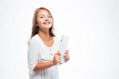 Mujer casual sonriente que sostiene la tableta Fotografía de archivo libre de regalías