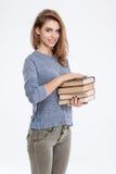 Mujer casual sonriente que sostiene los libros Foto de archivo libre de regalías
