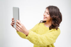 Mujer casual sonriente que usa la tableta Imágenes de archivo libres de regalías