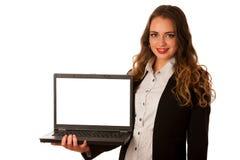 Mujer caucásica asiática atractiva que sostiene un ordenador portátil en sus manos w Imagen de archivo libre de regalías